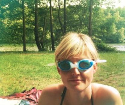 Frau mit Kontaktlinsen und Schwimmbrille