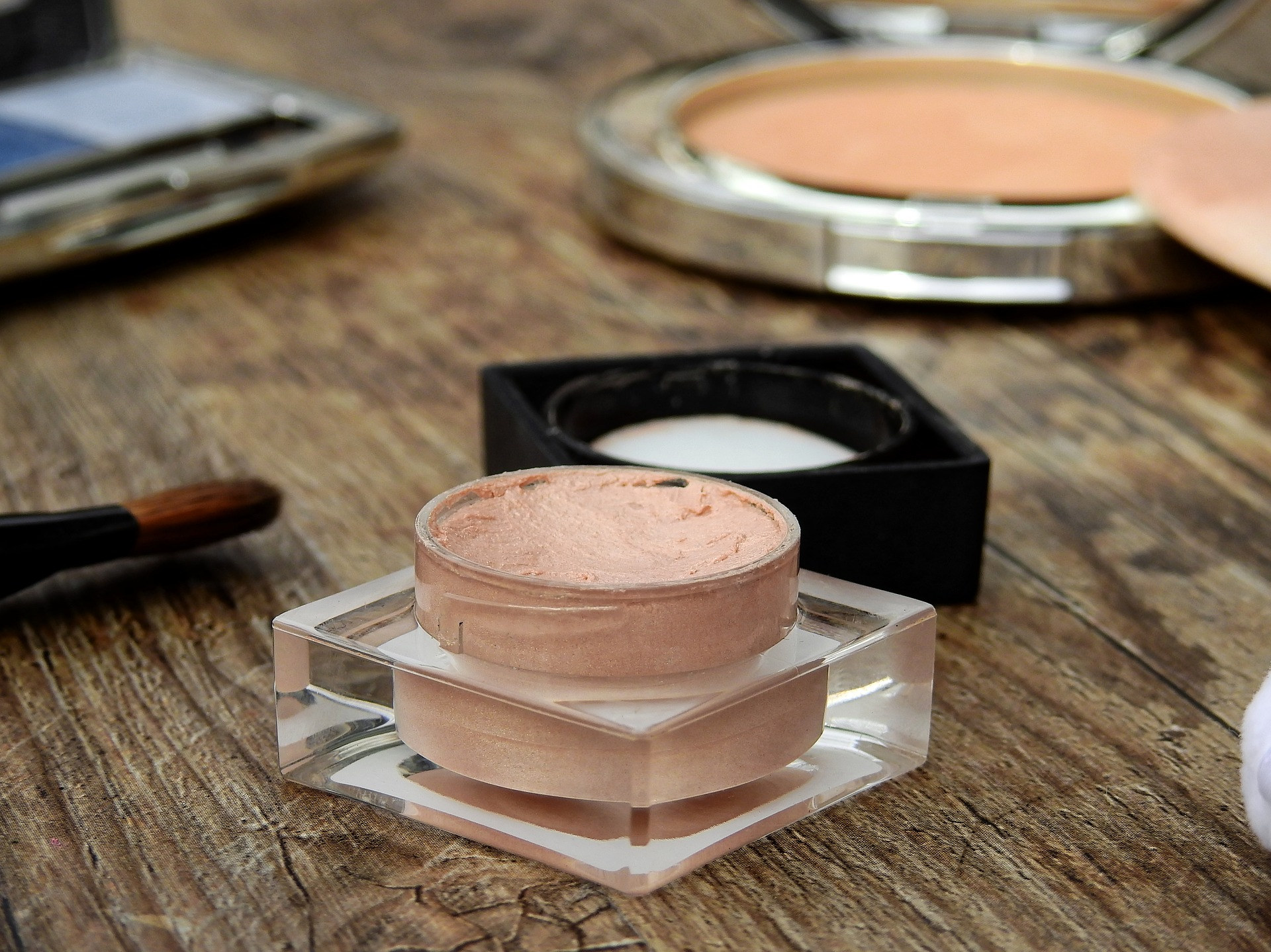 Creme-Make-up mit Kontaktlinsen