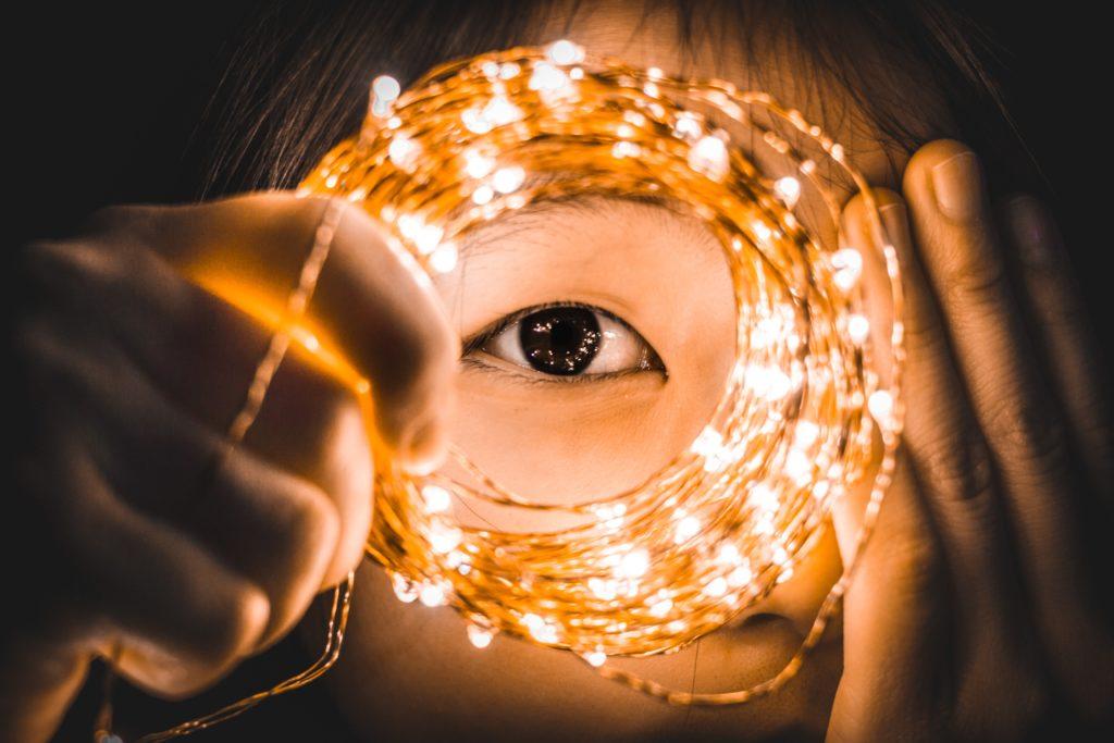 Auge mit Lichterkette