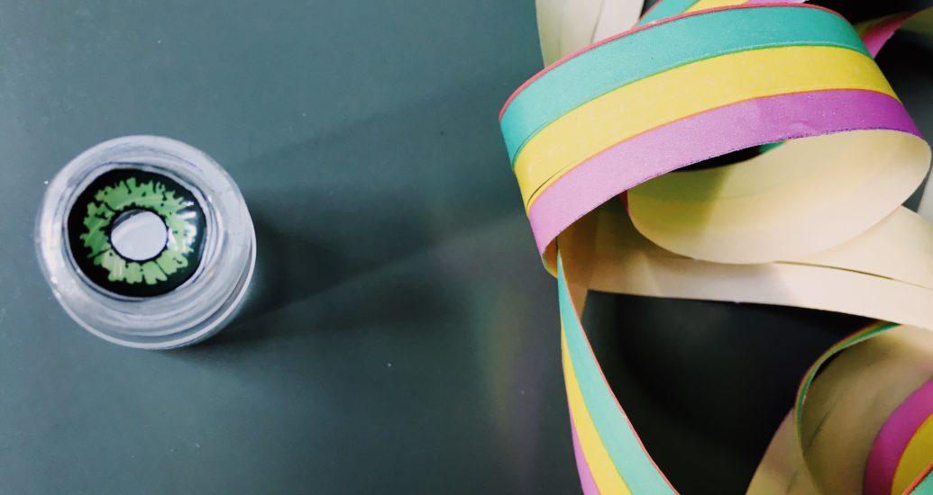Des lentilles de contact colorées pour carnaval: évitez le look superposé s'il vous plaît!